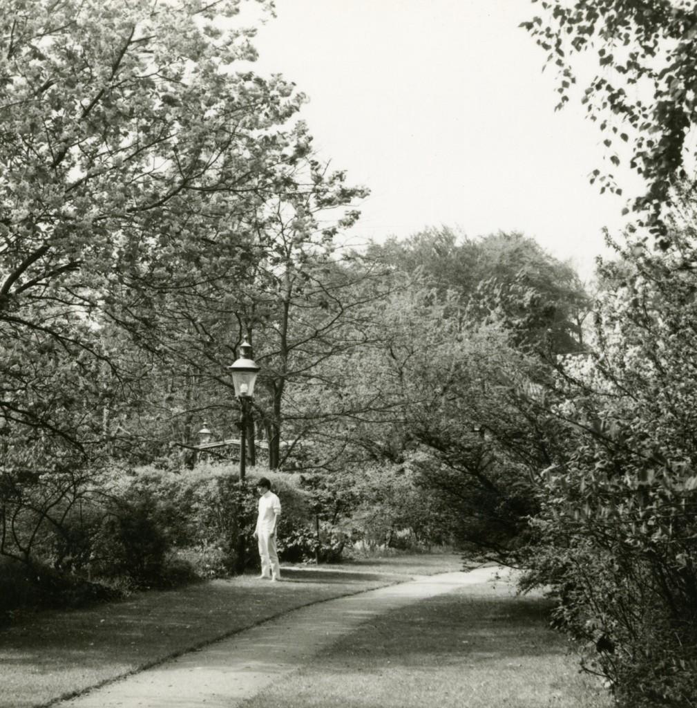 I maj 1967 er taget dette billede i adgangshaven. Ynglingen ved gaslampen ukendt.