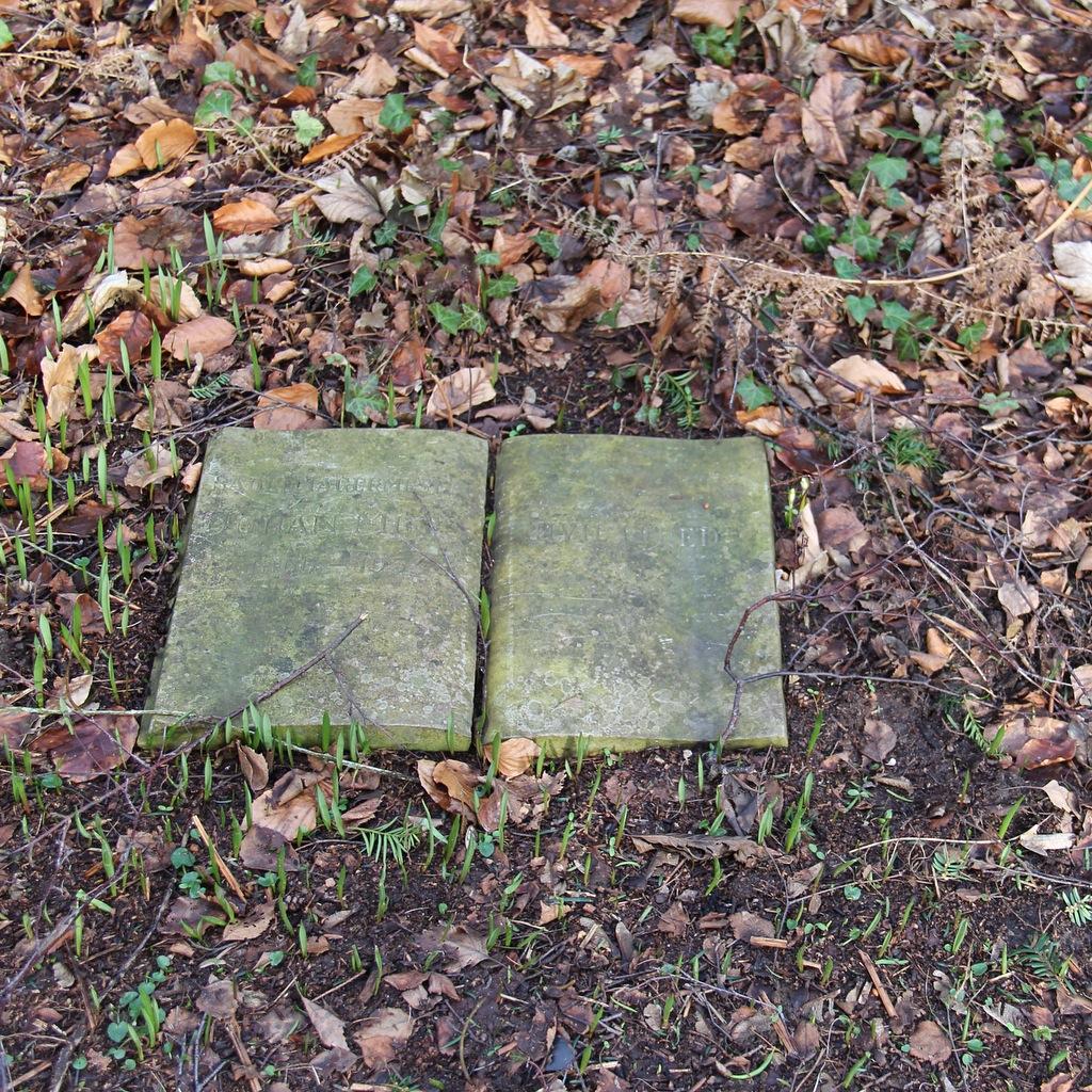 Bog i beton, gravmæle for ukendt saddelmager.
